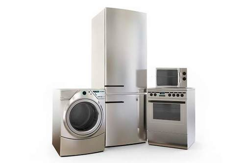 Españoles reparan electrodomésticos en la empresa líder